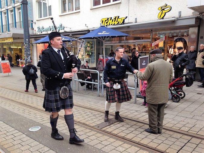Ruhr-Piper Björn Frauendienst in der Fußgängerzone bei einer Promotion für das Finnegan's