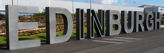 Schriftzug am Flughafen von Edinburgh