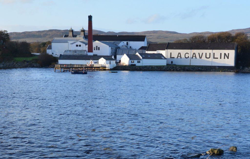 Die Brennerei Lagavulin auf der Whisky-Insel Islay